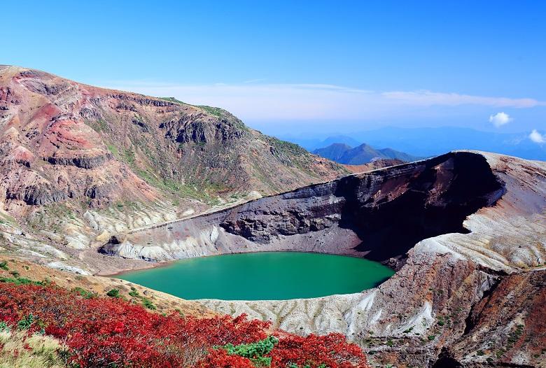 宮城・山形の県境にある火山湖「御釜」