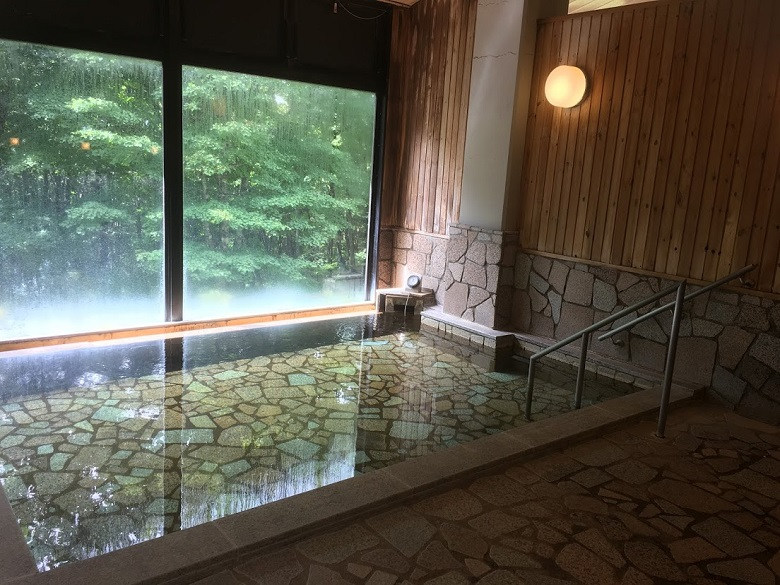 窓の外には森が広がる神告げ温泉