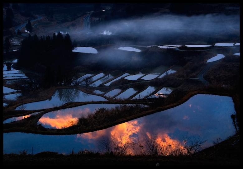 星峠の棚田と夕暮れ