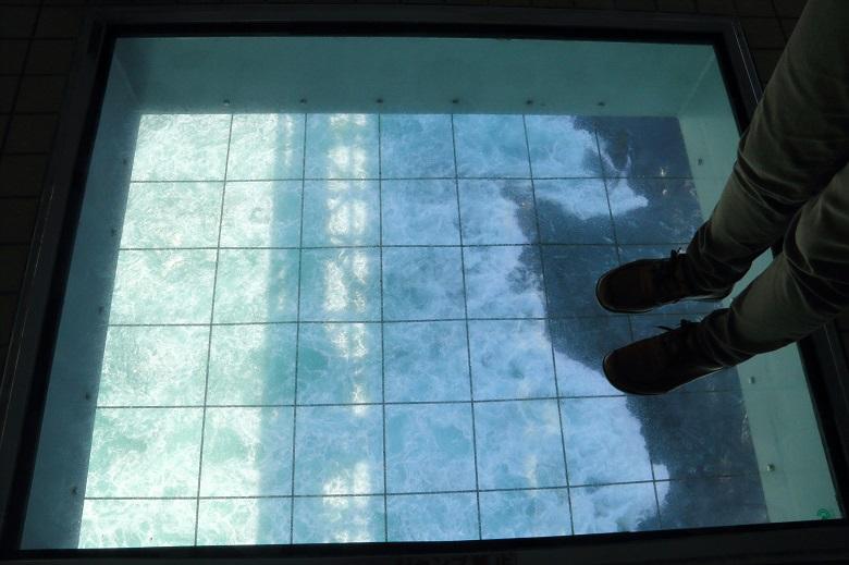 ガラス床越しに見る迫力のうず潮