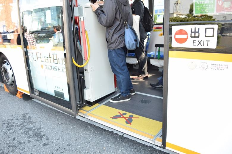 都営バスの中扉