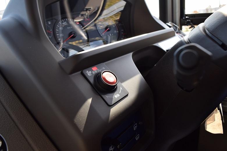ドライバー席にある非常停止ボタン