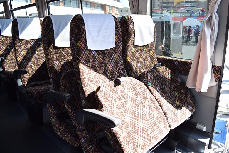 座席はそのまま折りたたんで車いすを置くスペースを確保