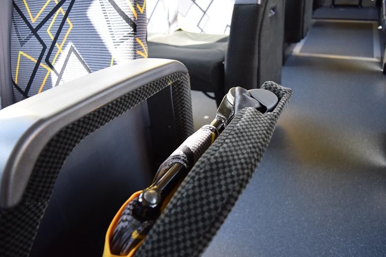 補助席は座席のひじ掛け部分にスマートに収納
