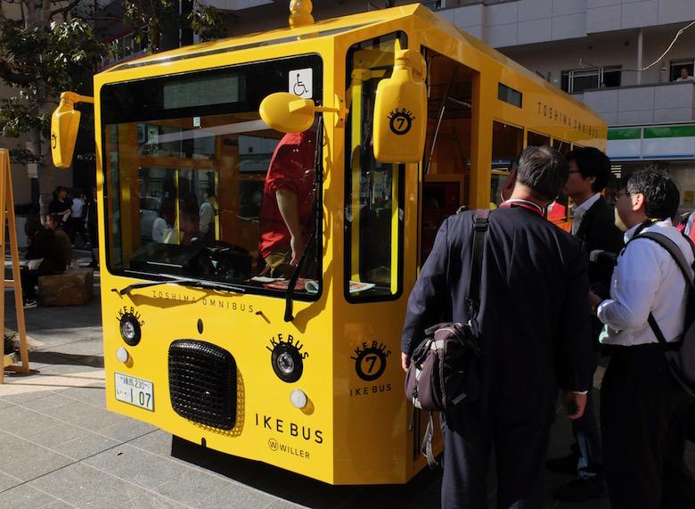 一台だけ黄色いバスが