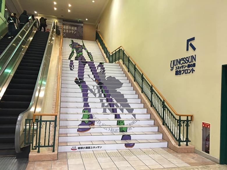 階段に現れるエヴァンゲリオン初号機
