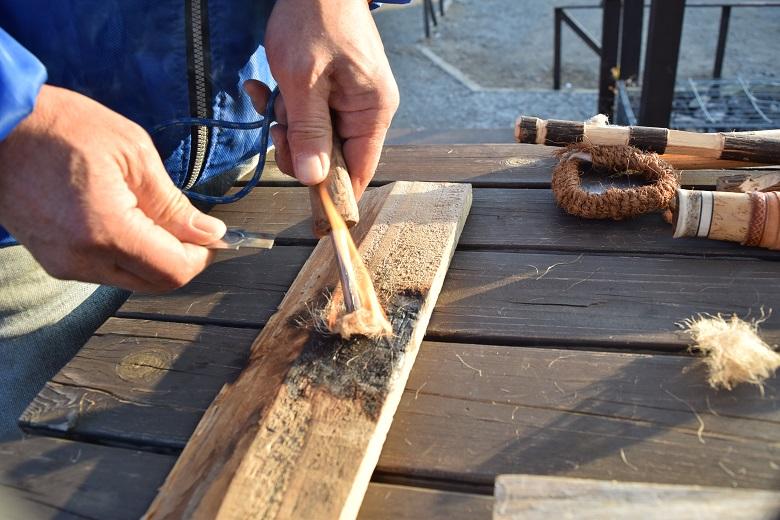 火種の作り方を教わり自分で火を起こす