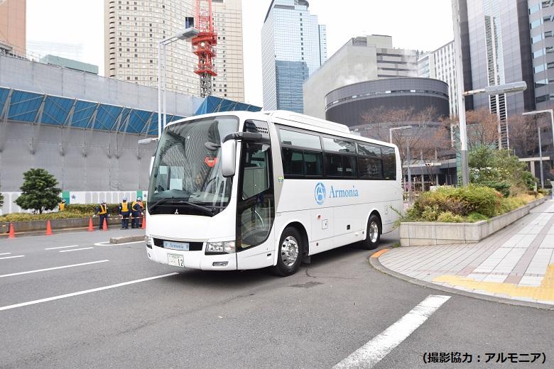 食材や器材が載せられる中型バス