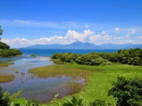 夏の猪苗代湖と磐梯山