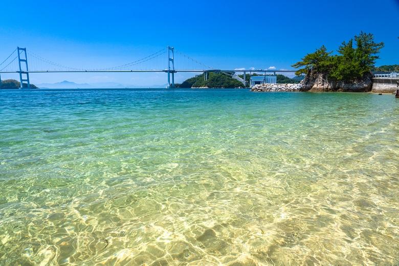 来島海峡大橋をのぞむ大島のビーチ