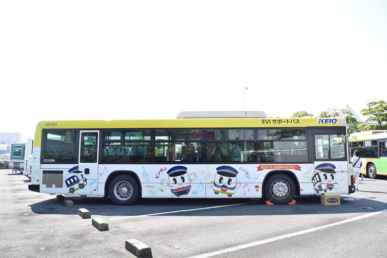 ピンポンパンポンのラッピングバス