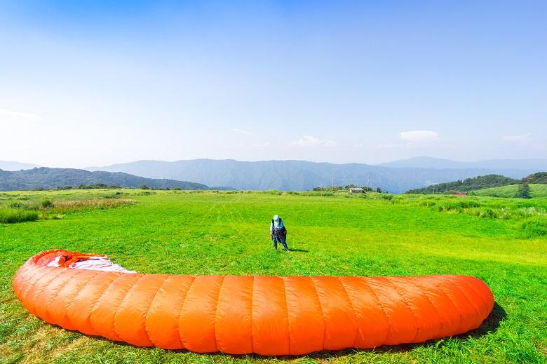 塩塚高原でパラグライダー