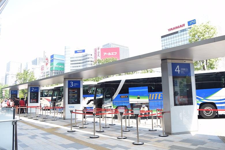 バスがずらりと並ぶ光景